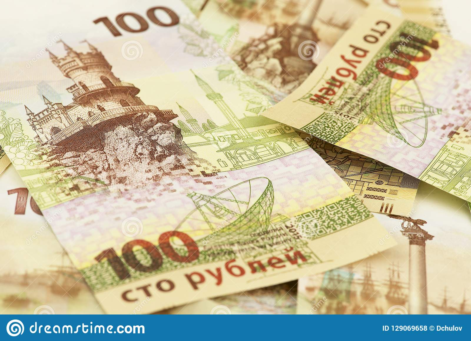 Perception de cent roubles russes de billets de banque commémoratifs avec le symbolics de la Crimée