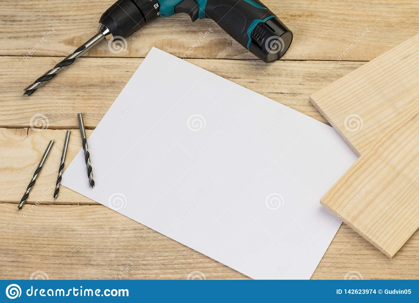 Perceuse électrique et peu sur un fond en bois