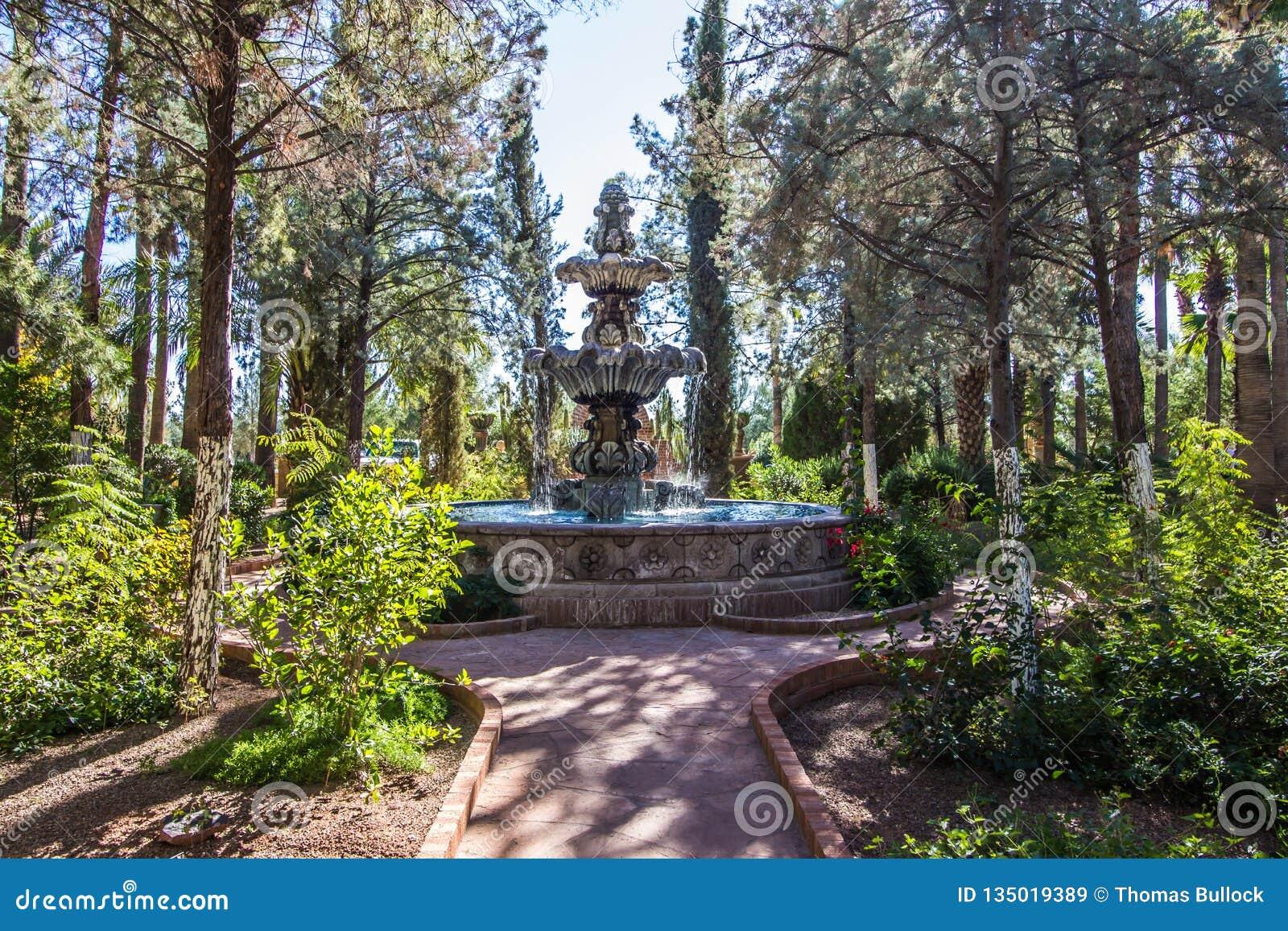 Percorso che conduce alla fontana nel giardino del monastero