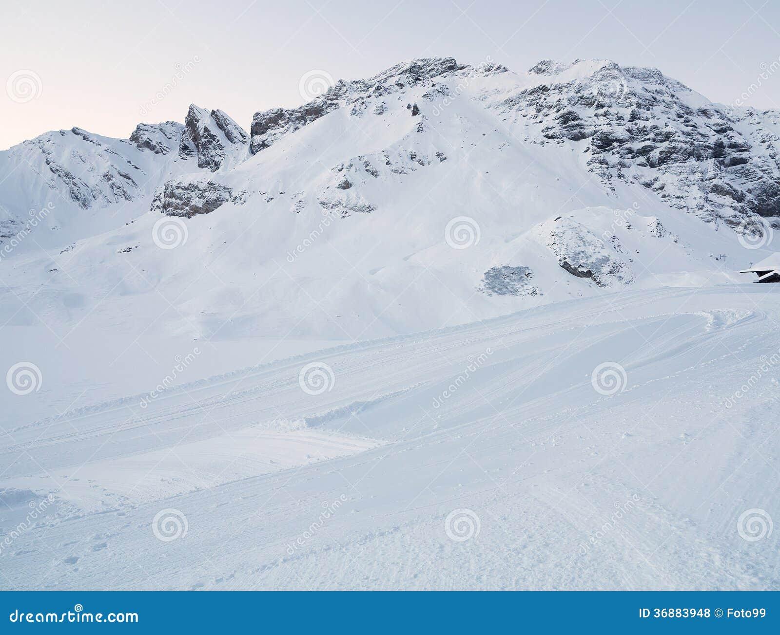 Download Percorso Curvo Snowy In Salita Della Montagna Fotografia Stock - Immagine di paesaggio, svizzero: 36883948