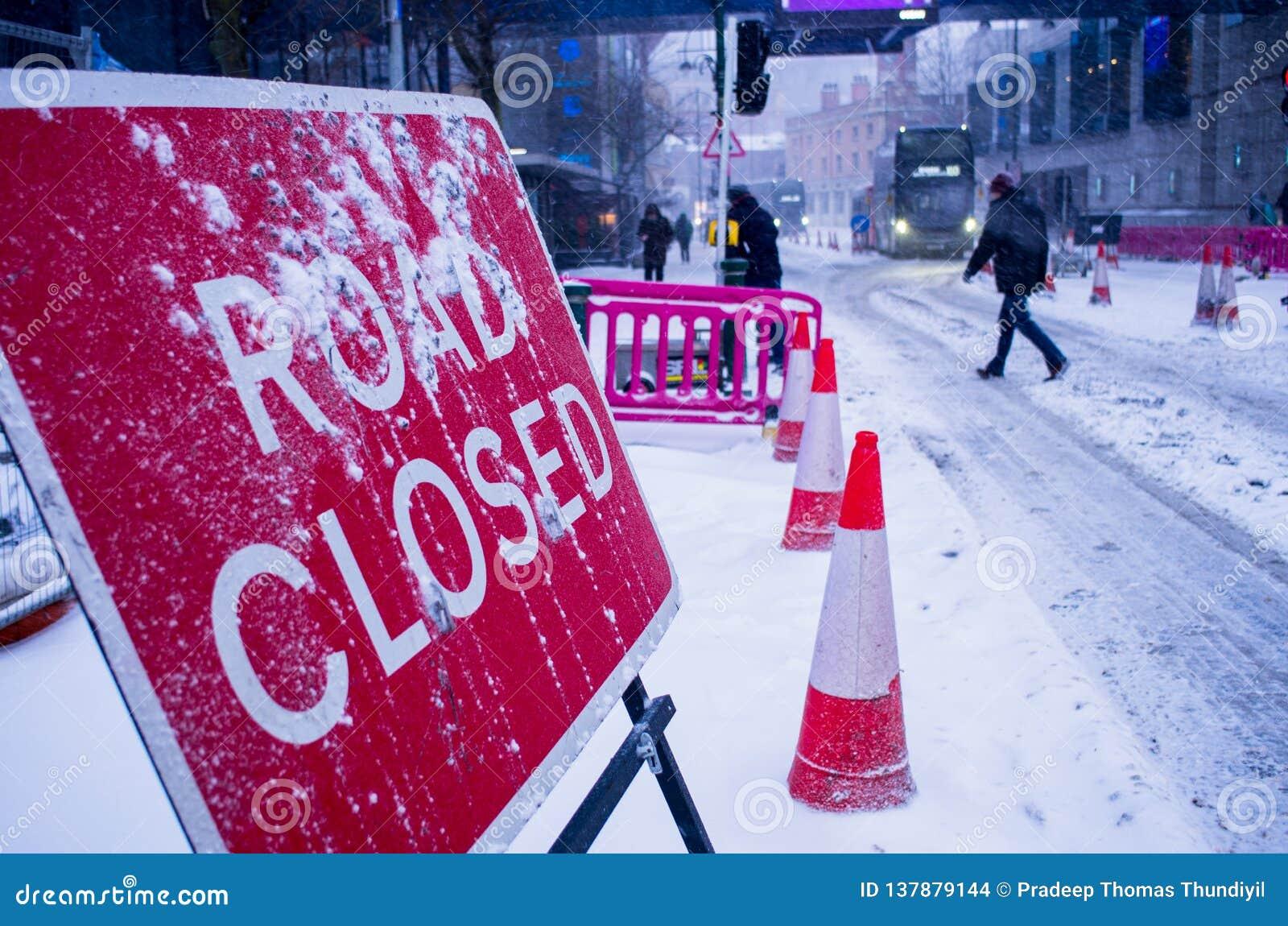 Percorso della clip del segno chiuso strada