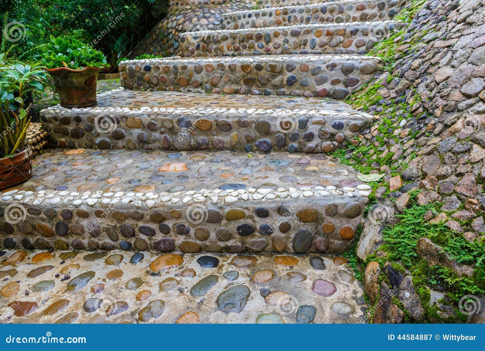 Percorso di pietra delle scale in giardino immagine stock immagine di giardino scale 44584887 - Scale in giardino ...