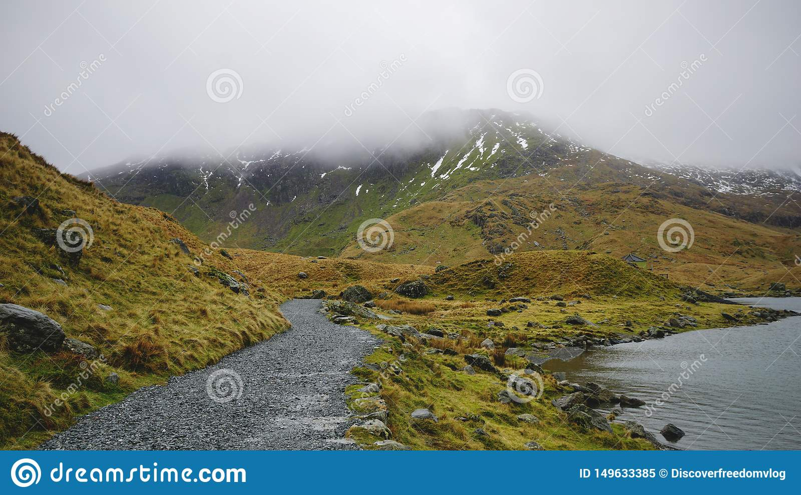 Percorso e lago di pietra nel parco nazionale di Snowdonia, Galles, Regno Unito