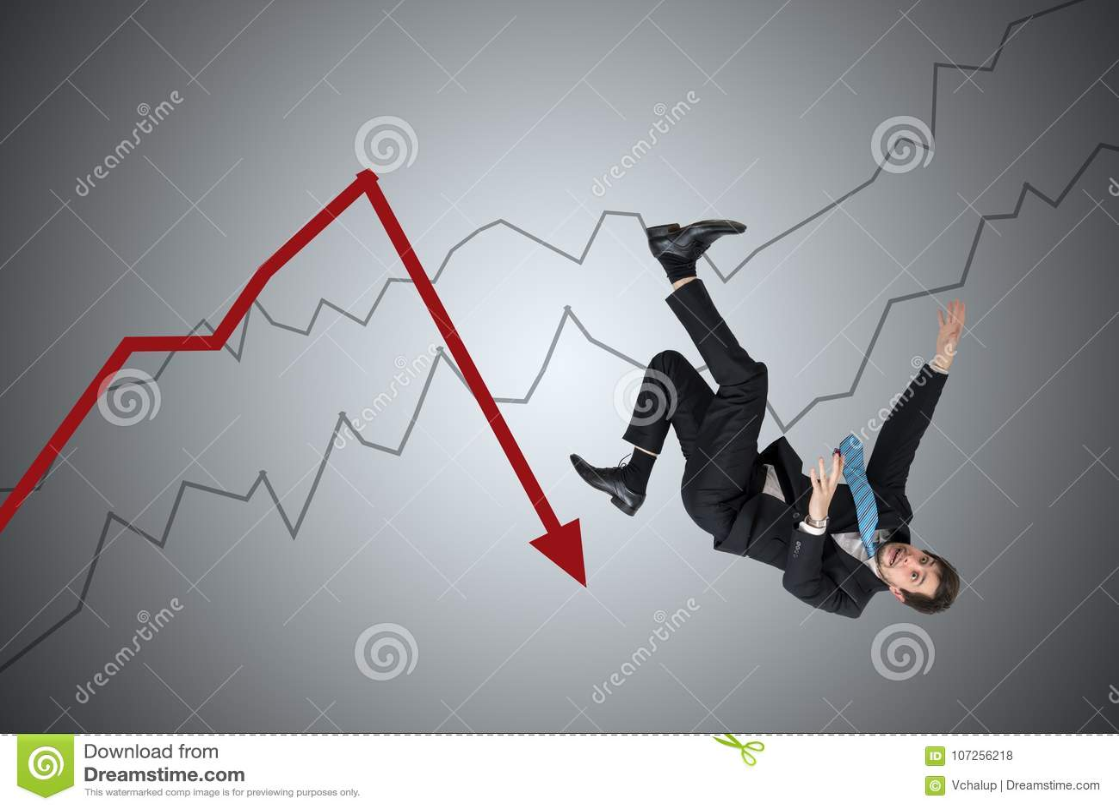 Perda financeira e conceito da crise O homem de negócios novo está caindo para baixo da seta