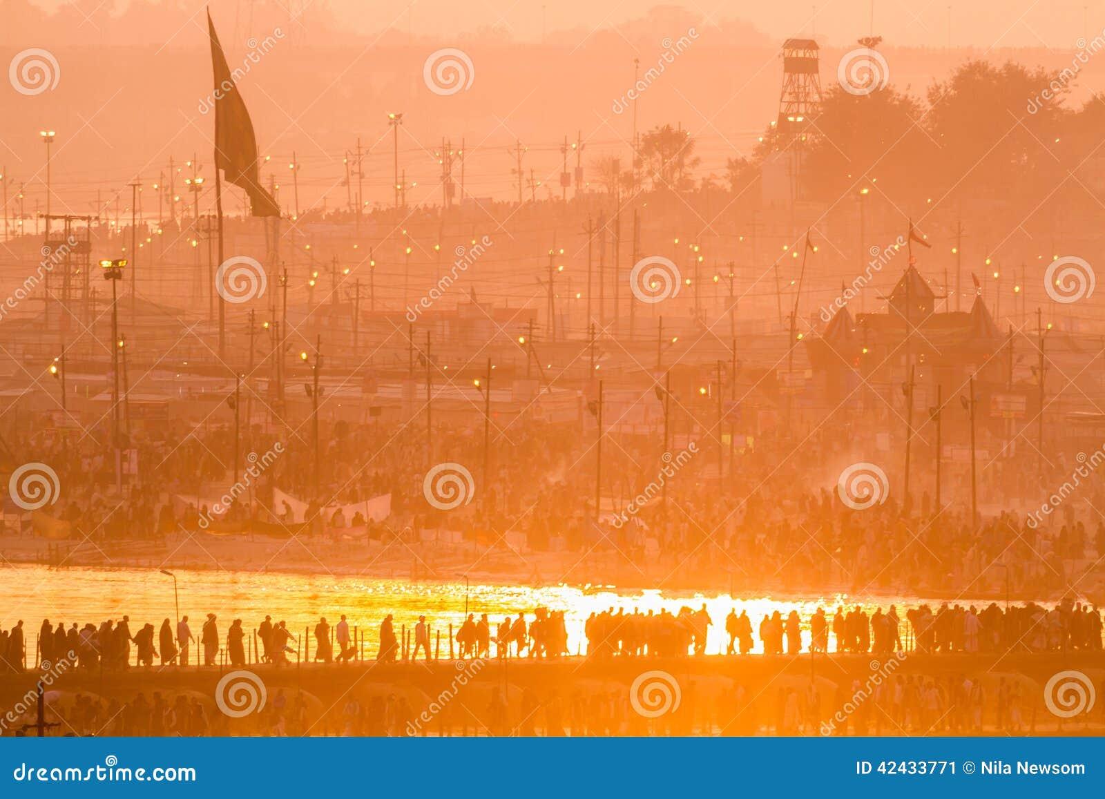Peregrinos hindúes que cruzan los puentes pontónes en el sitio para acampar de Kumbha Mela, la India