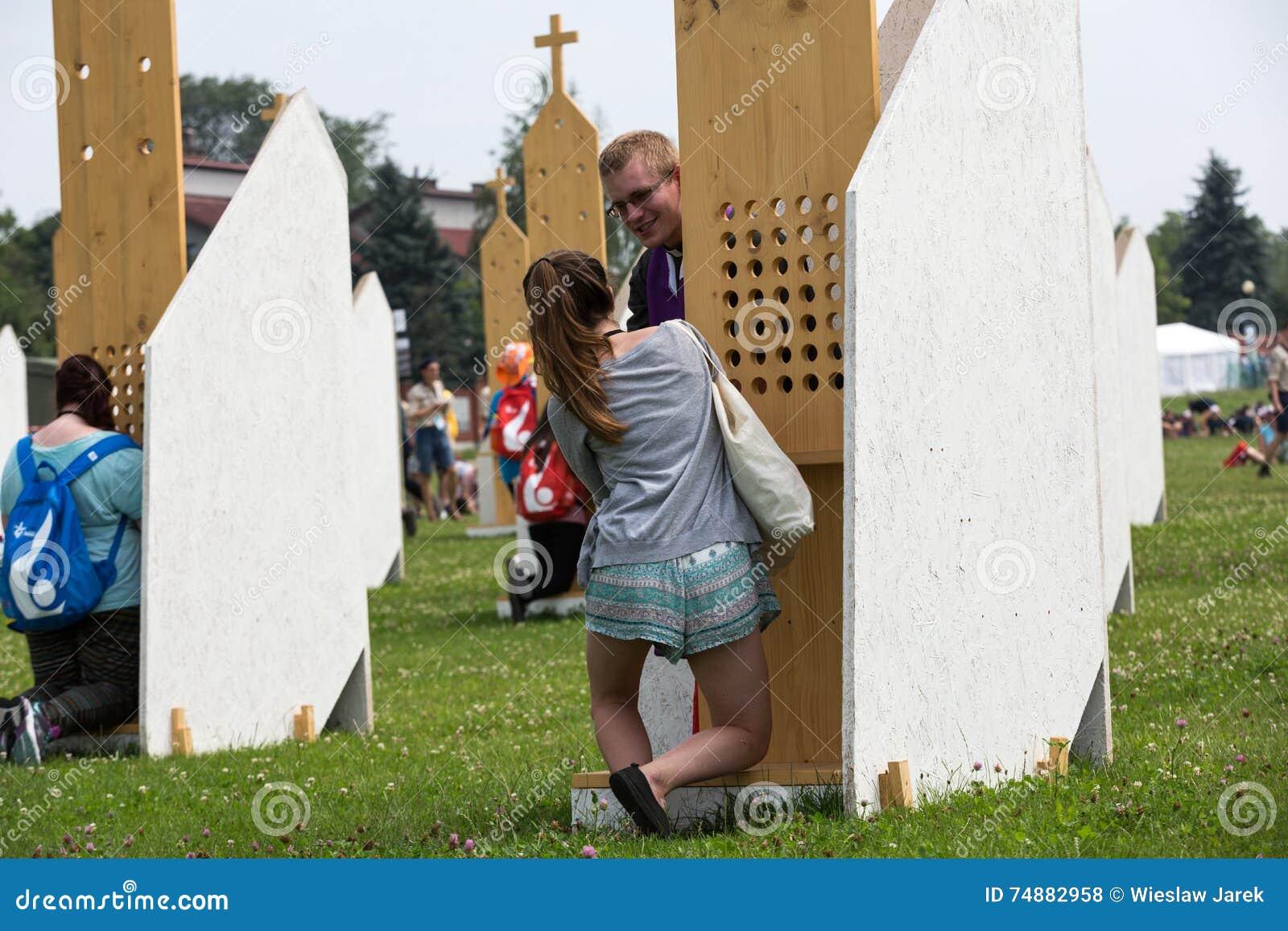 Peregrinos na zona da reconciliação no santuário da mercê divina em Lagiewniki