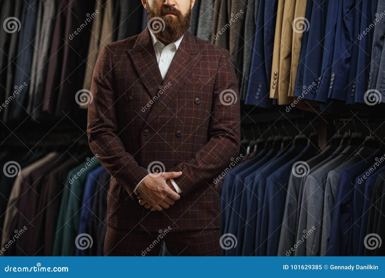 Perfeccione al detalle pasado Hombre de negocios moderno Forme el tiro de  un hombre joven hermoso. Download preview e7c7425fb3a