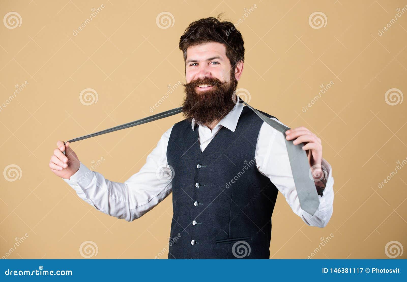 Perfeccione el lazo Hombre de moda Corbata barbuda de la tenencia del hombre Individuo brutal que lleva la ropa y el accesorio co
