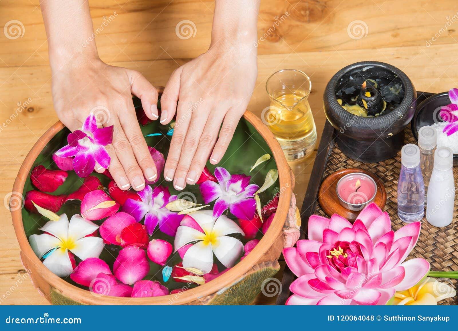 Perfect czysta Azjatycka żeńska cieków, Pięknej i eleganckiej przygotowywająca dziewczyny ` s ręka, dotyka cieki, zdrój, pętaczkę