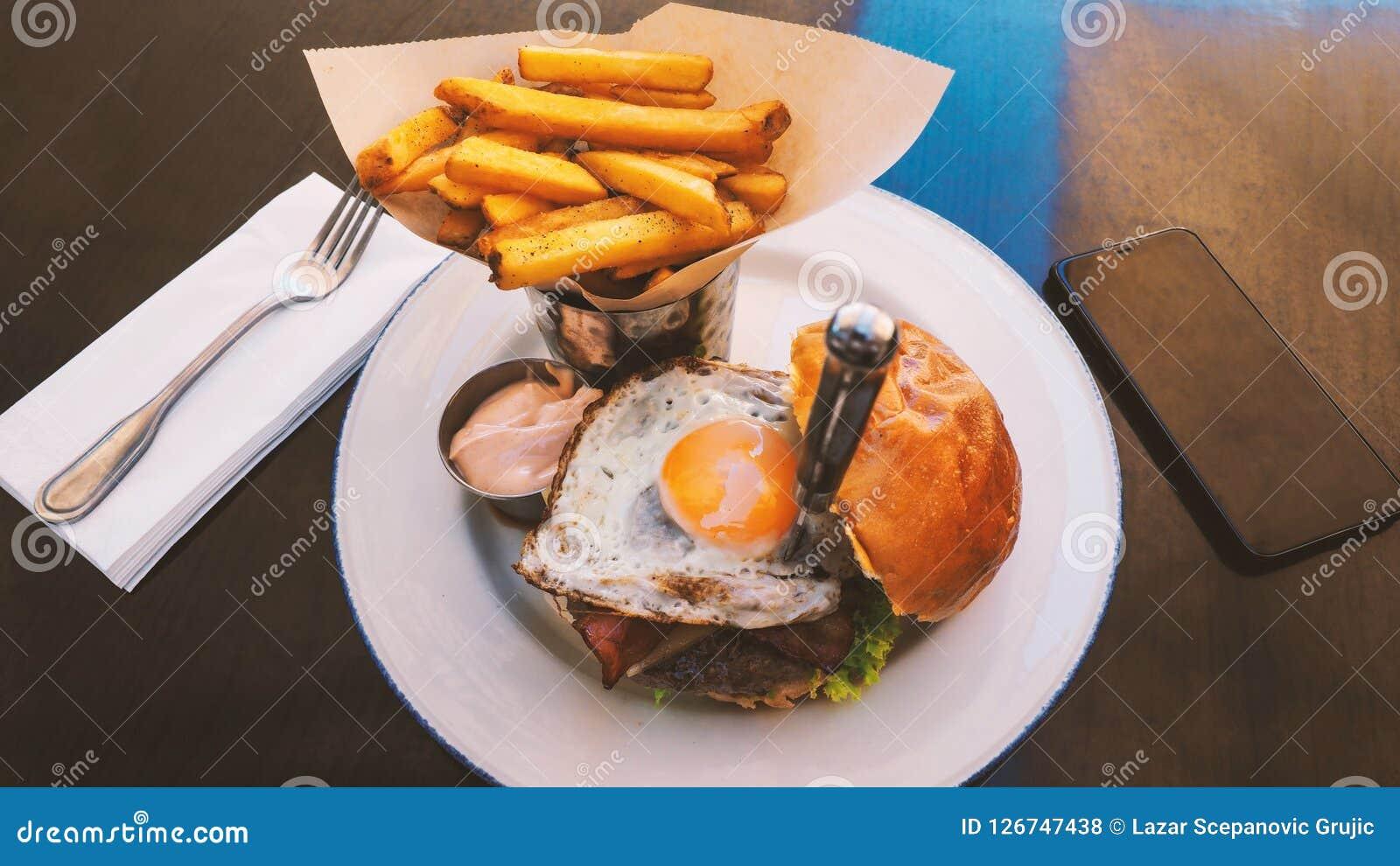 Perfect hamburgeru posiłek w hard rock restauraci