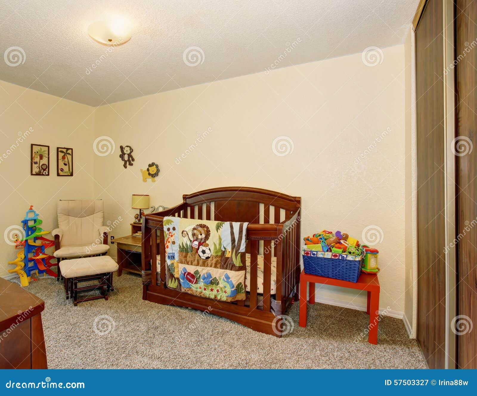 Perfecte babyruimte met uitstekende houten voederbak