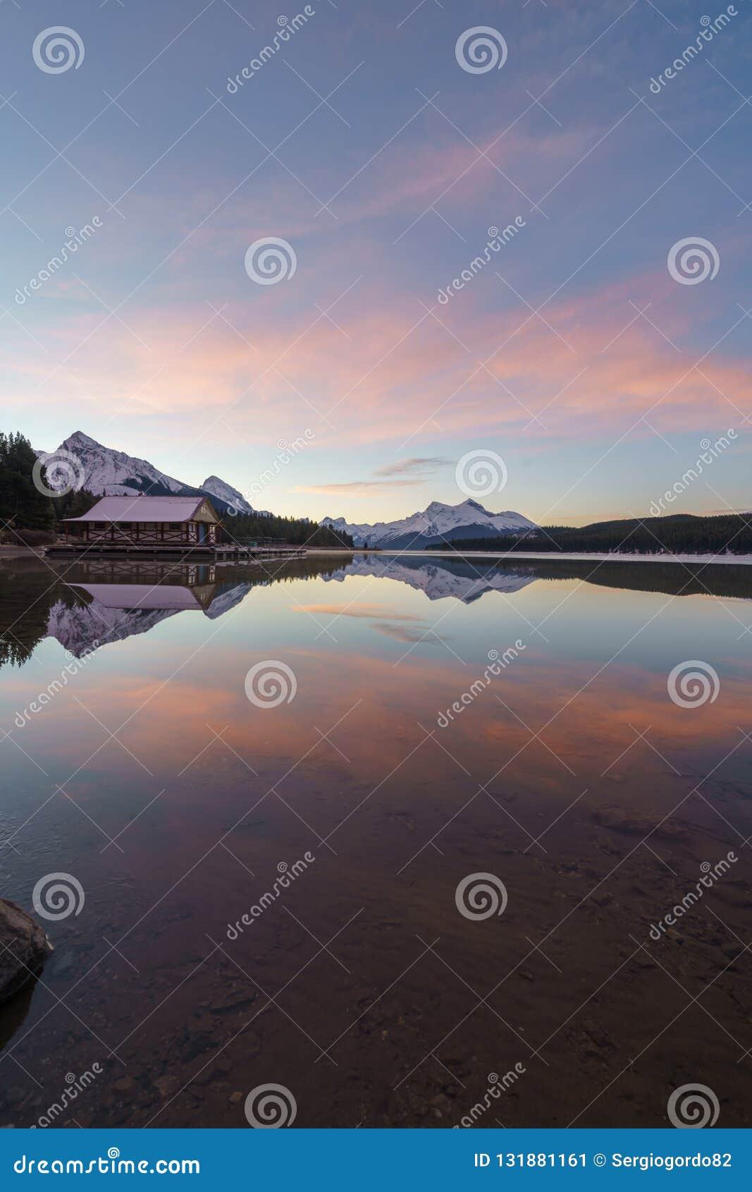 Perfecte bezinning in Maligne-Meer, Jasper National Park Alberta Canada