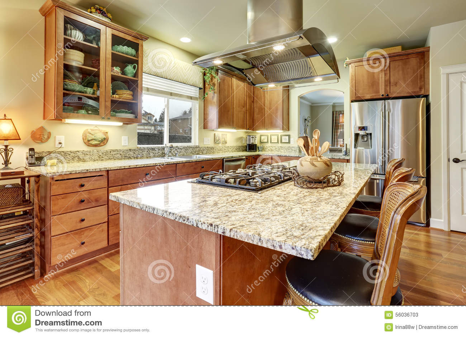 De Perfecte Keuken : Perfecte keuken met hardhoutvloer en eiland stock afbeelding