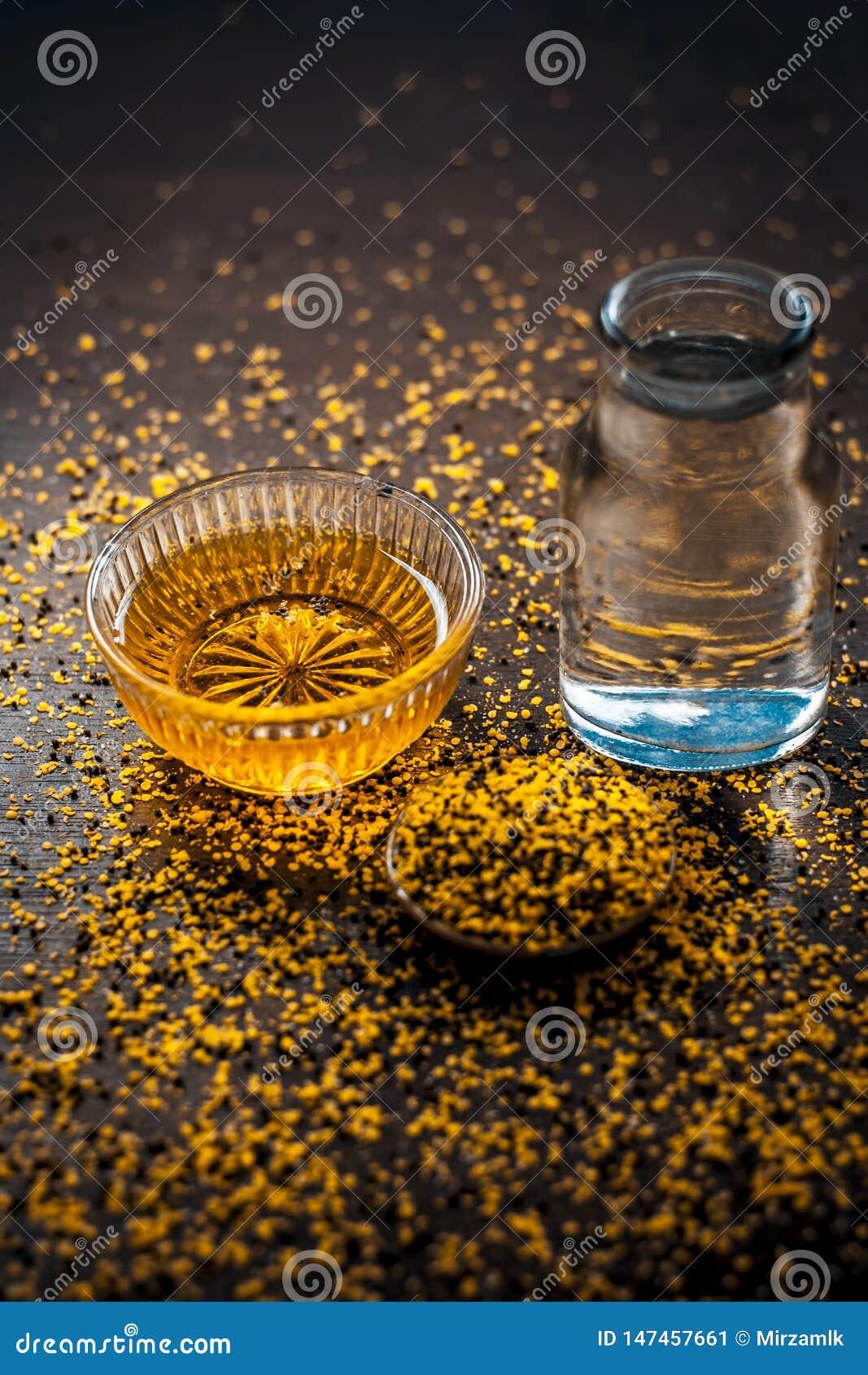 Perfecte remedie om constipatie op houten oppervlakte i te genezen e Het poeder van mosterdzaden met honing en water goed wordt g