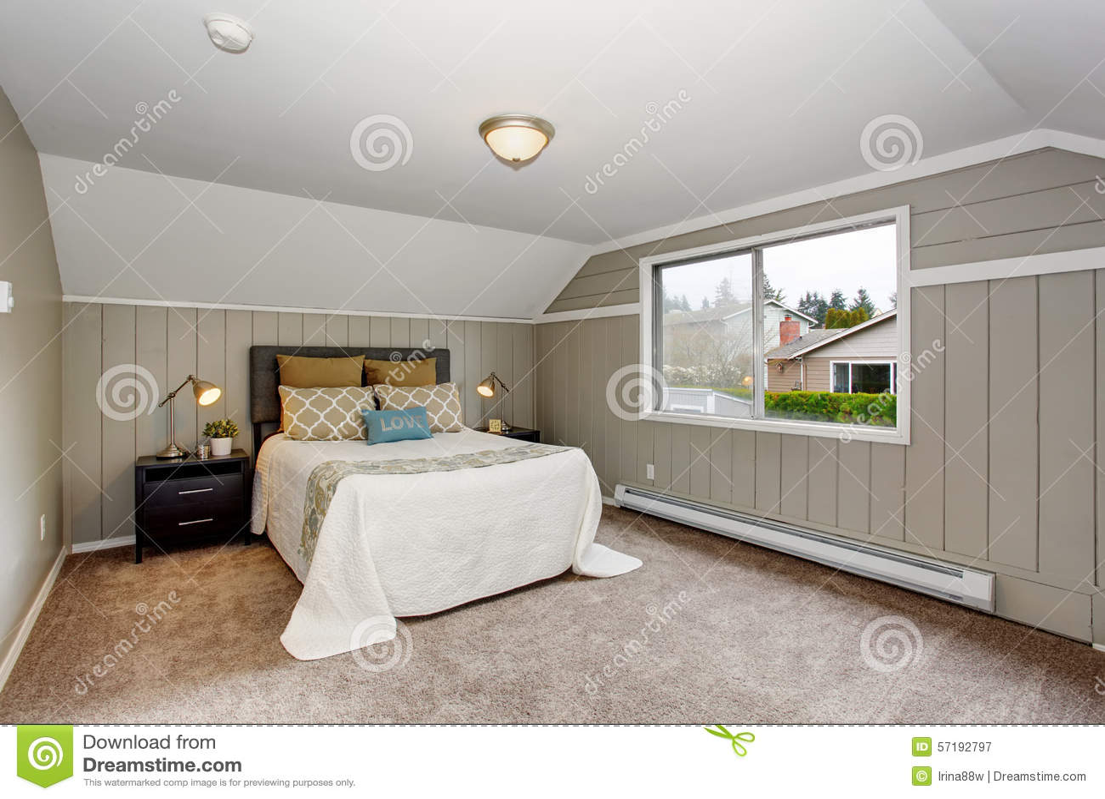 perfecte slaapkamer met gry muren en wit beddegoed