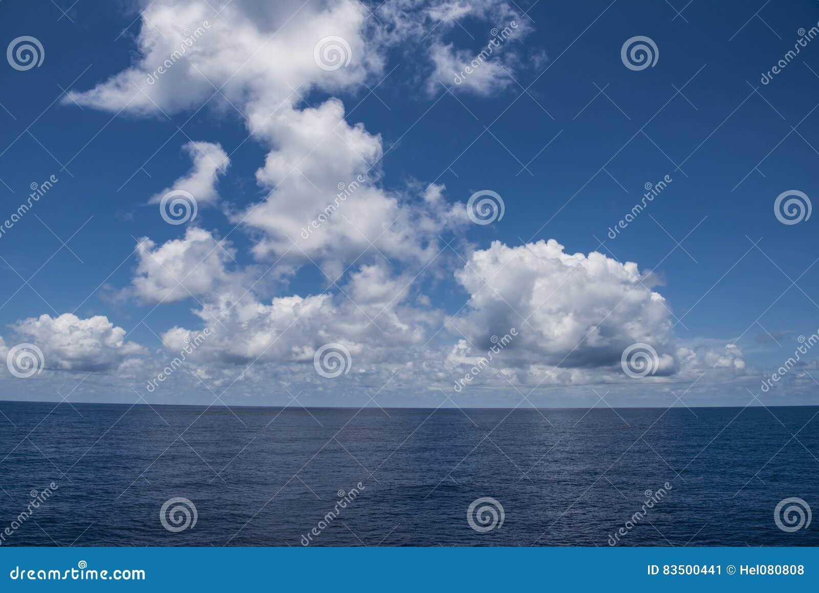 Perfecte wolken over Zuid-Pacifische Oceaan