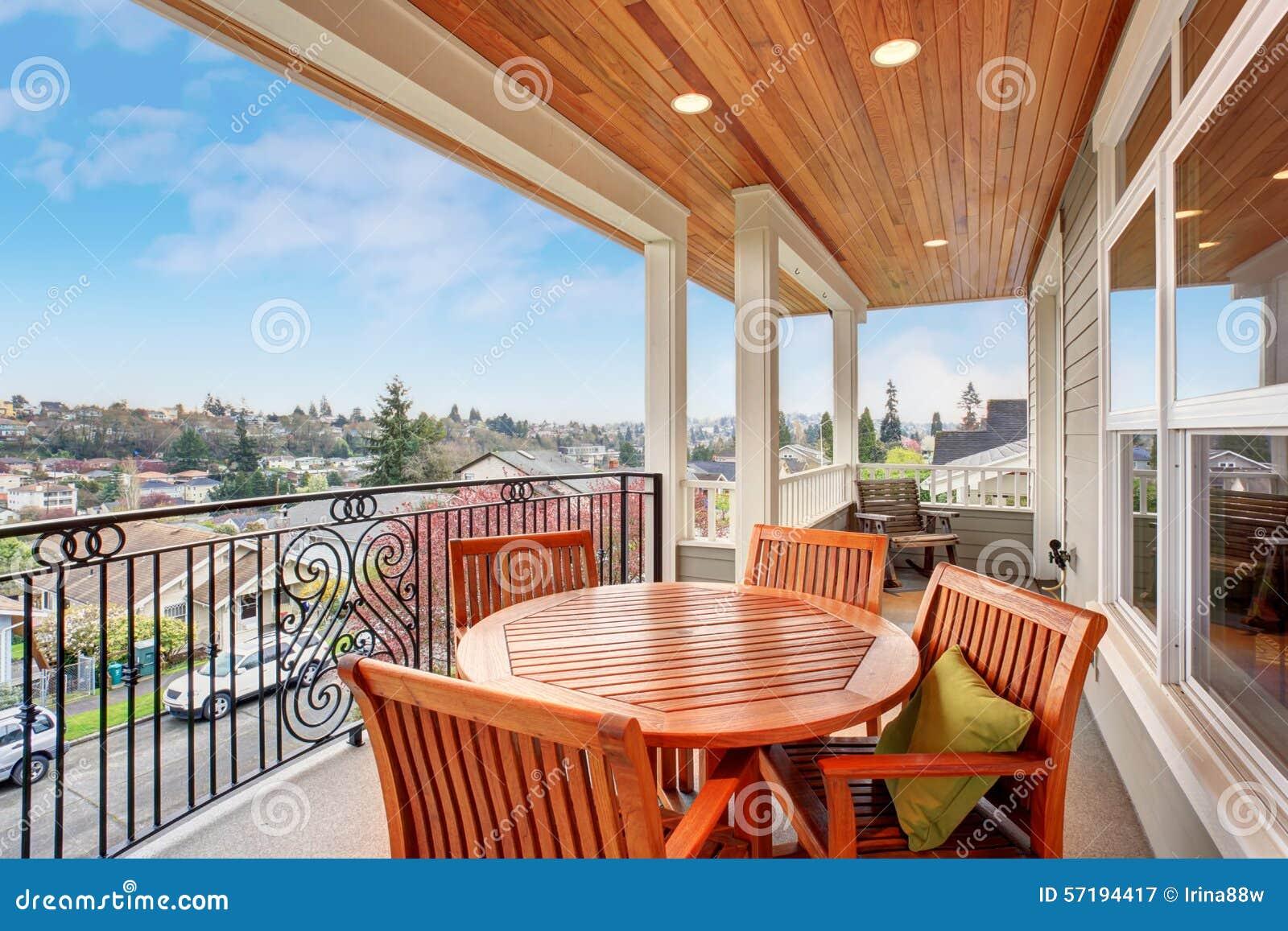 perfectionnez le balcon couvert avec une vue image stock. Black Bedroom Furniture Sets. Home Design Ideas