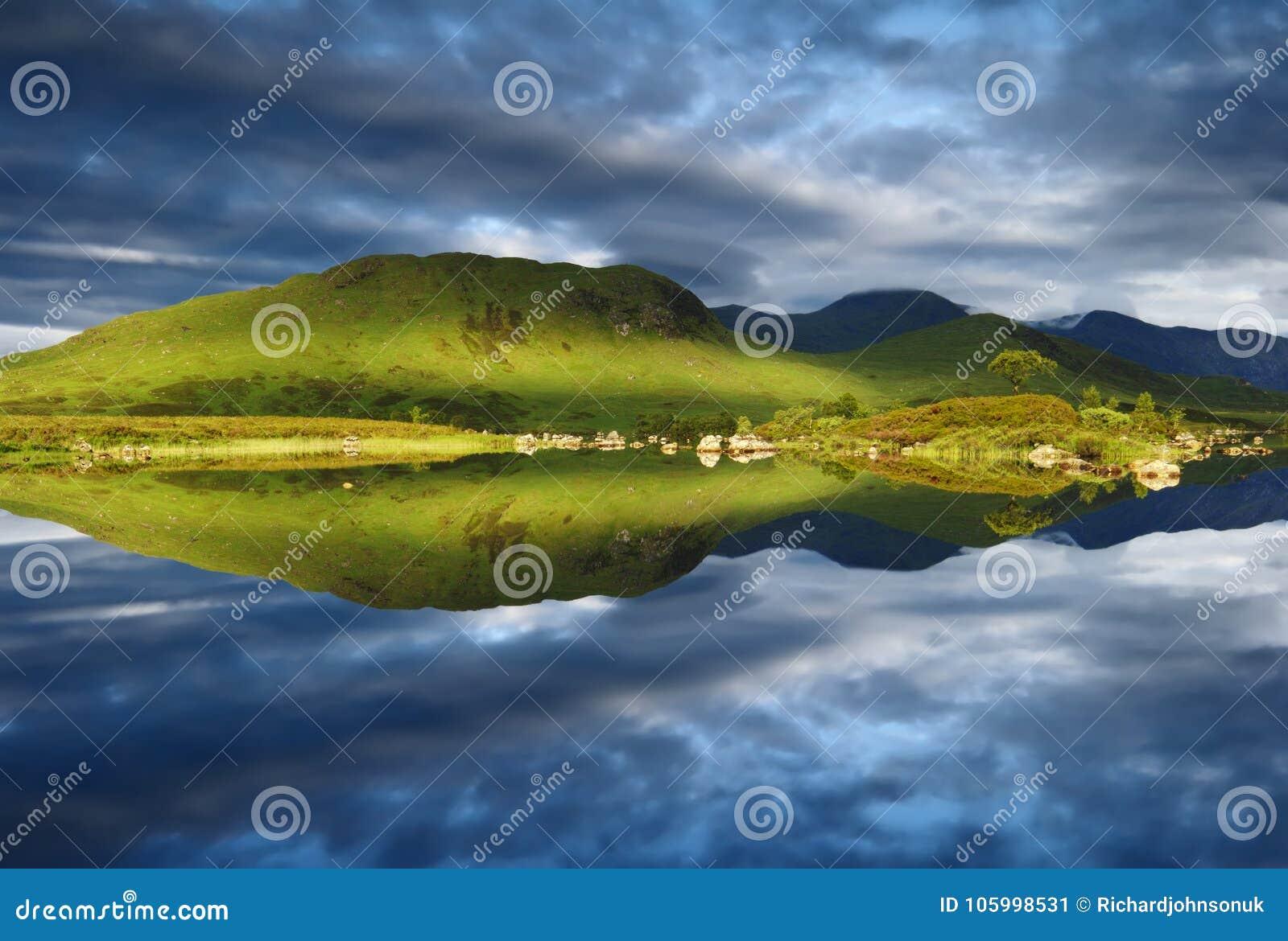 Perfekt för reflexion fjordNah Achlaise Rannoch fortfarande hed vid berget för skotte för montering för Glencoe det västra Skotsk