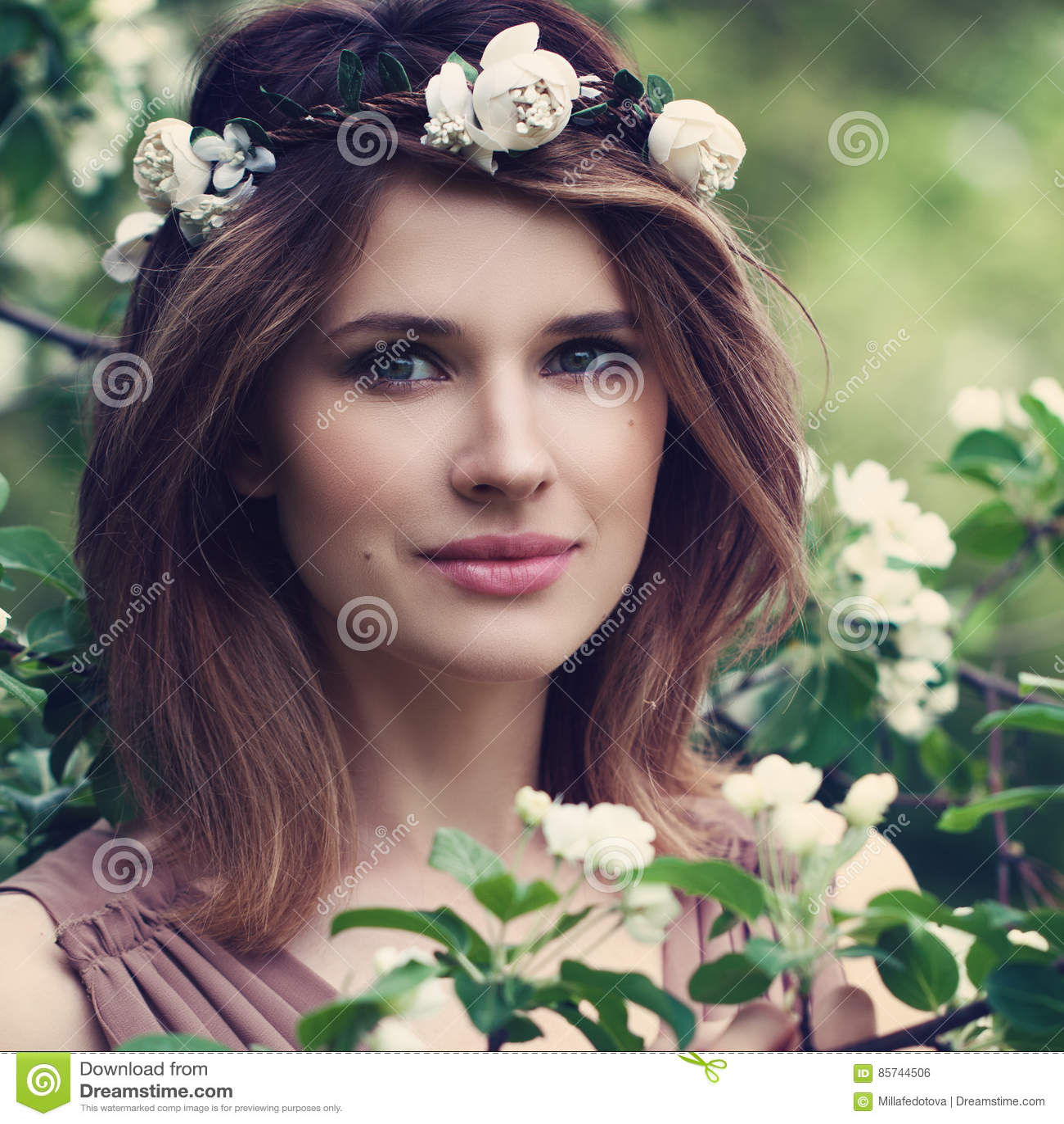 Perfekte Frau mit gesunden Haut und dem Haar