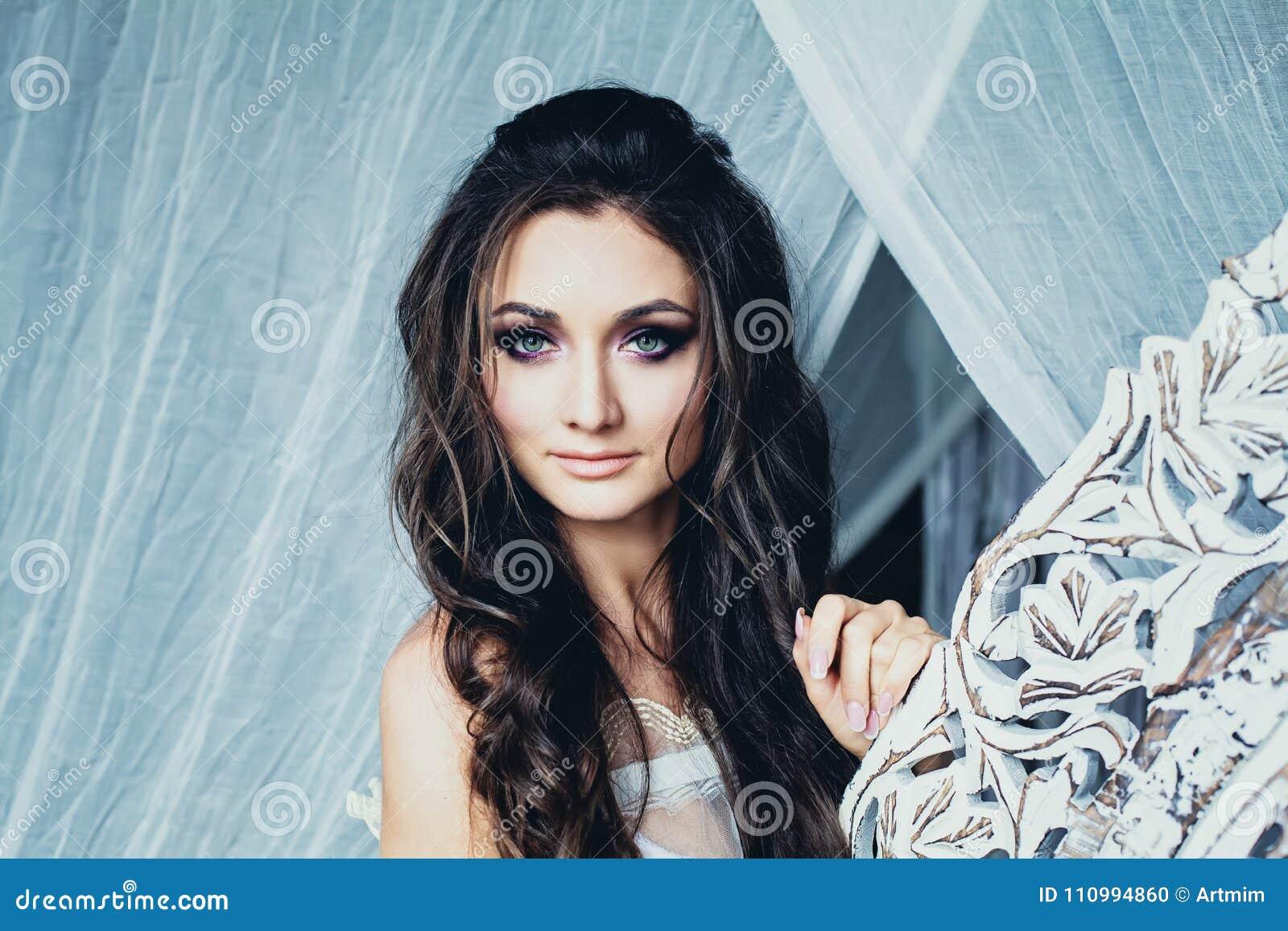 Perfekte Junge Frau Mit Gewellter Frisur Und Braut Bilden Stockfoto