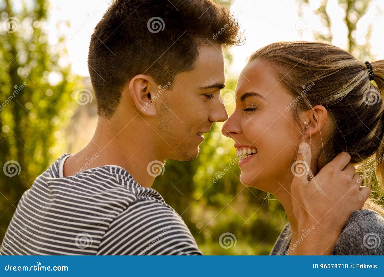 Perfekter Moment Für Einen Kuss Stockfoto Bild Von Field
