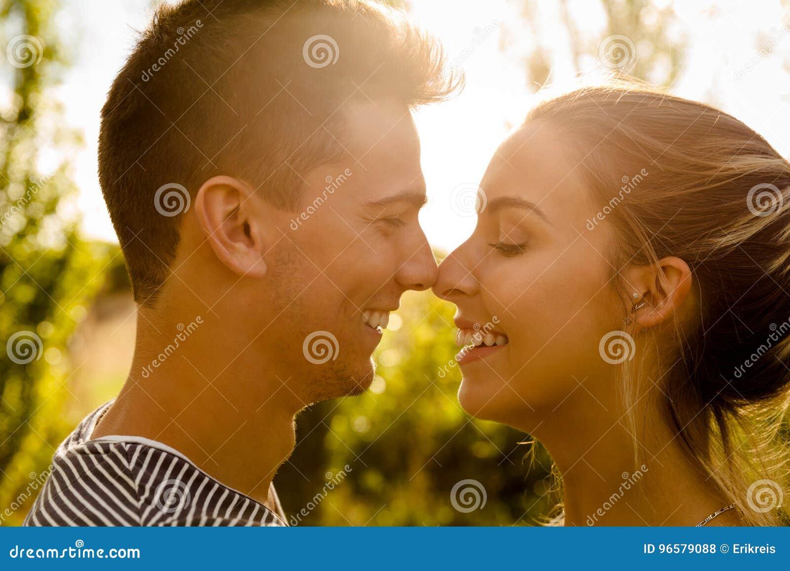 Perfekter Moment Für Einen Kuss Stockfoto Bild Von Leute Umarmung
