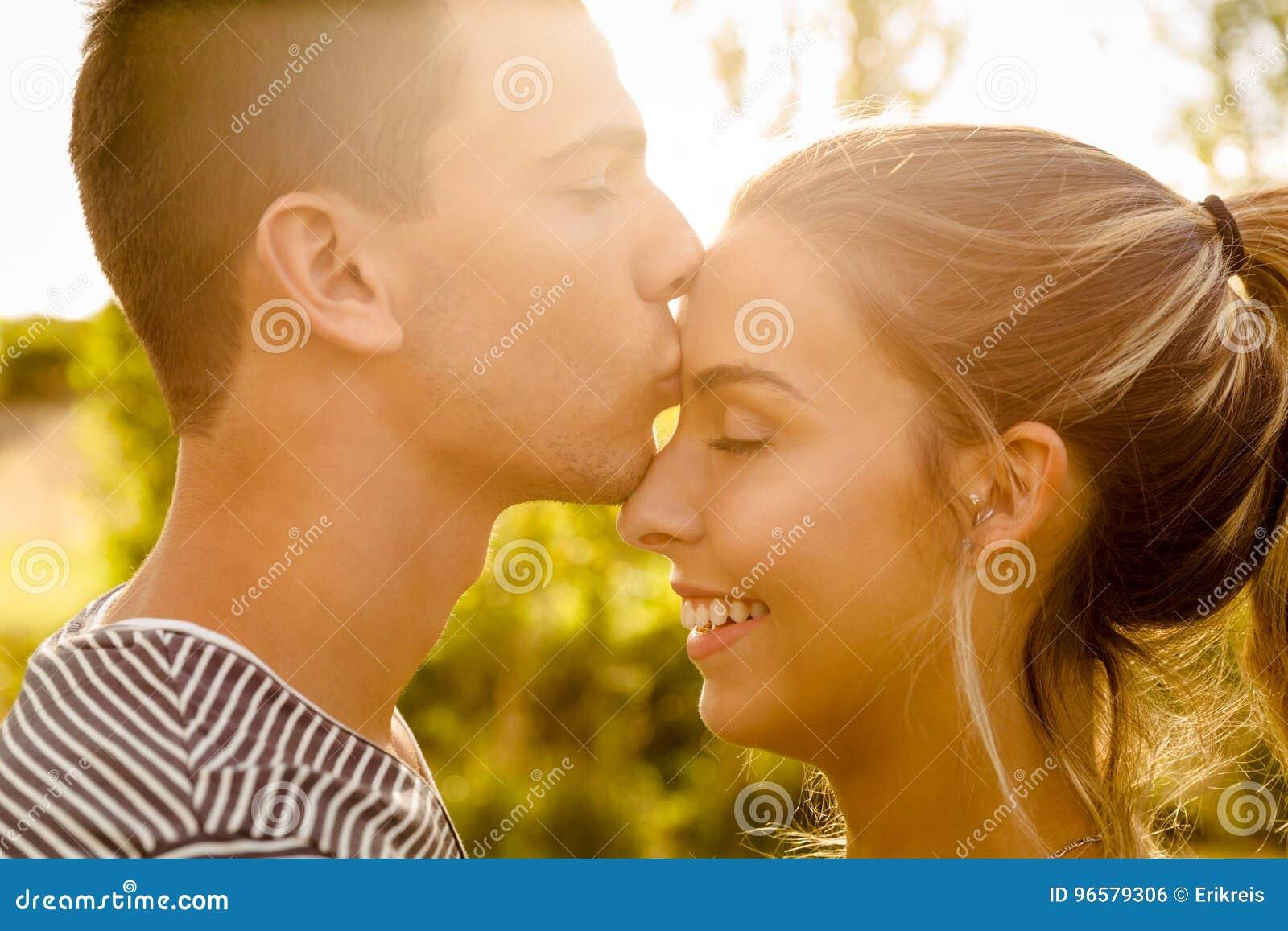 Perfekter Moment Für Einen Kuss Stockfoto Bild Von Kuß Liebe