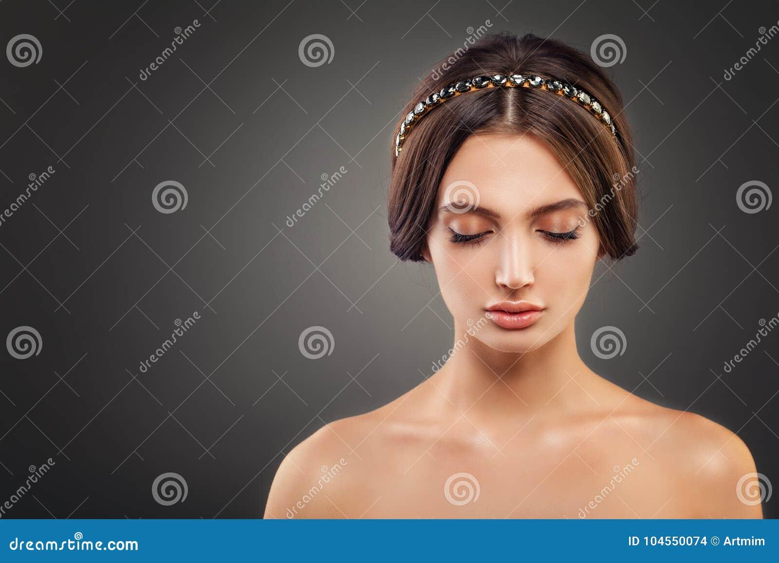 Perfektes junge Frauen-Mode-Modell mit Hochzeits-Frisur