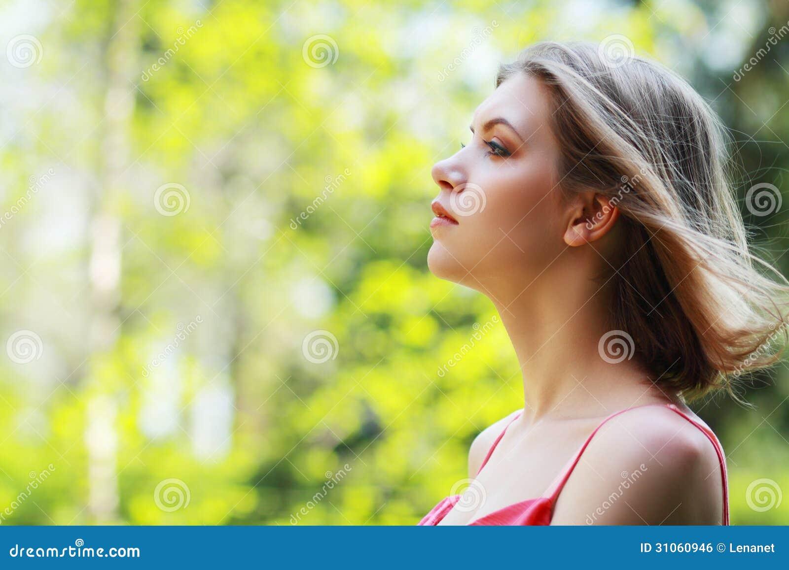 Perfil da jovem mulher