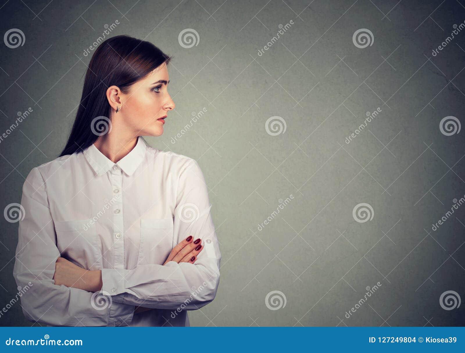 Perfil de la mujer hermosa en la blusa blanca