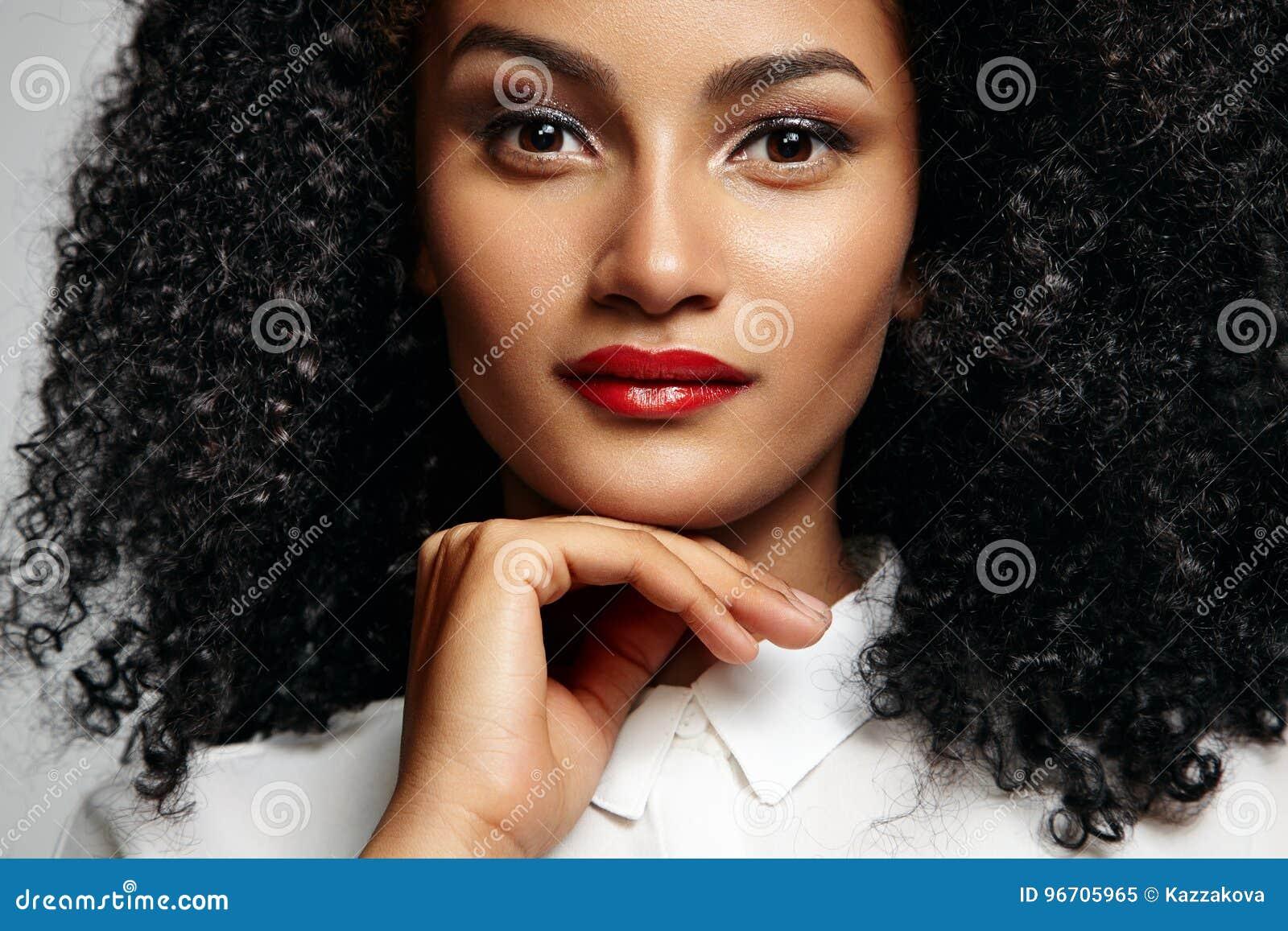 Perfil de uma mulher latin pretyy