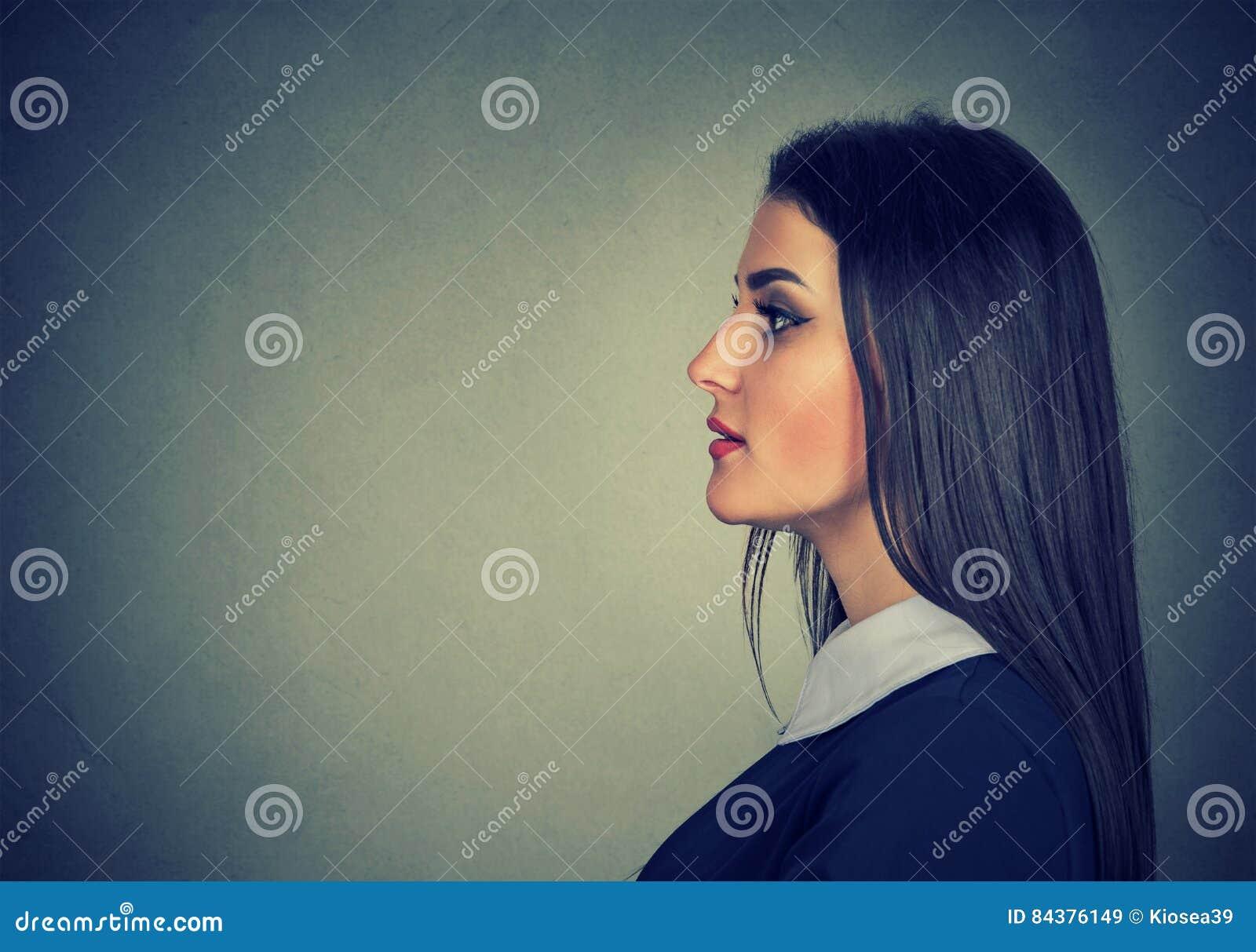 Perfil lateral de uma jovem mulher