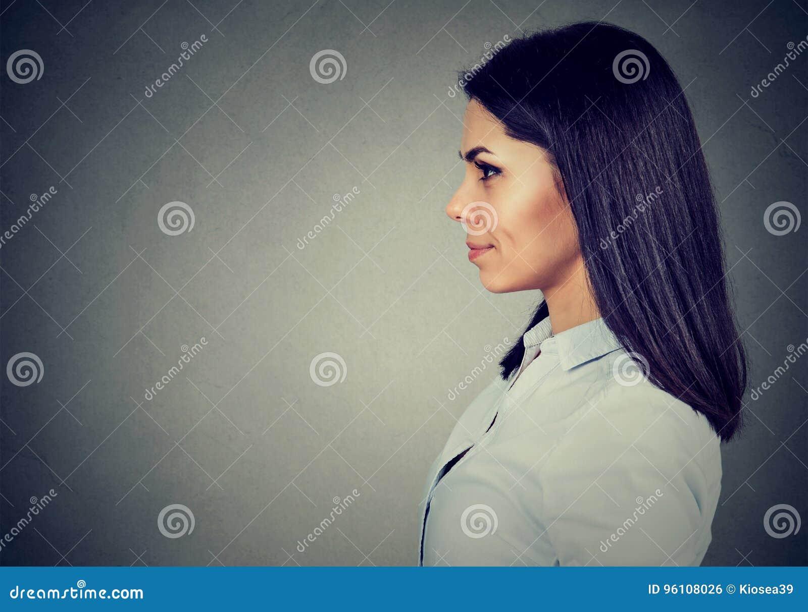 Perfil lateral de uma jovem mulher de sorriso feliz