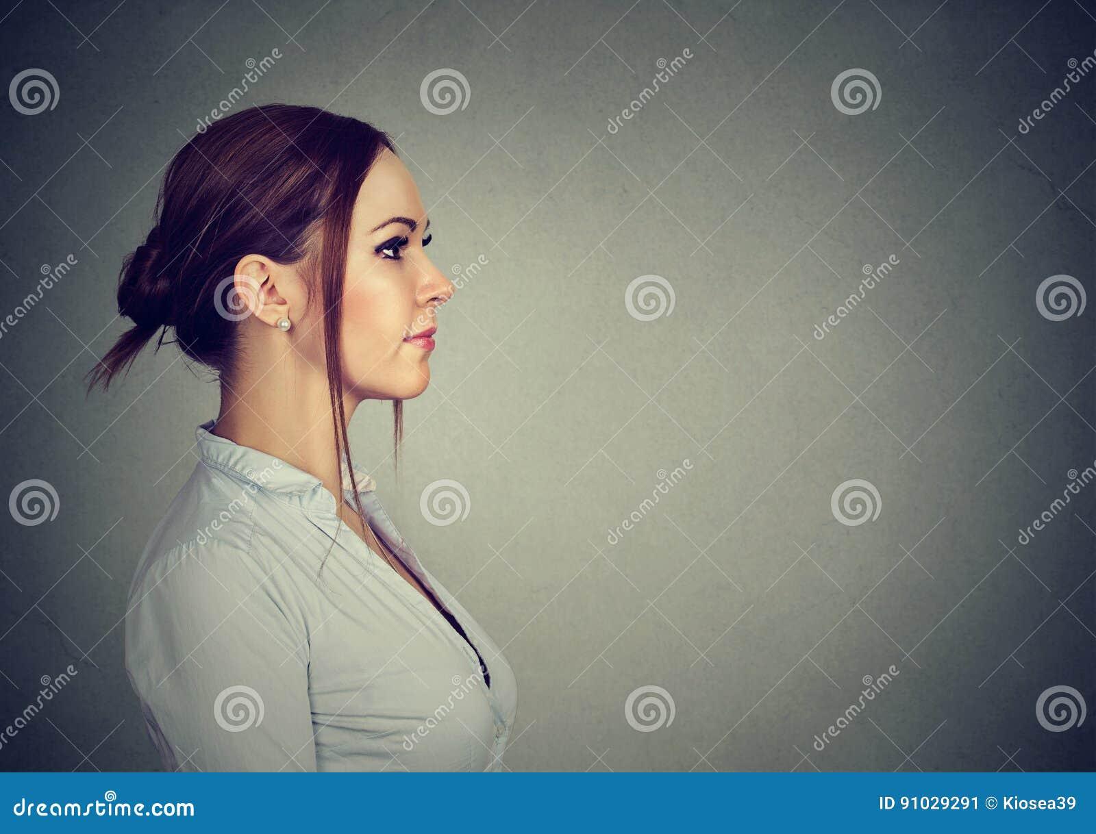 Perfil lateral de una mujer feliz