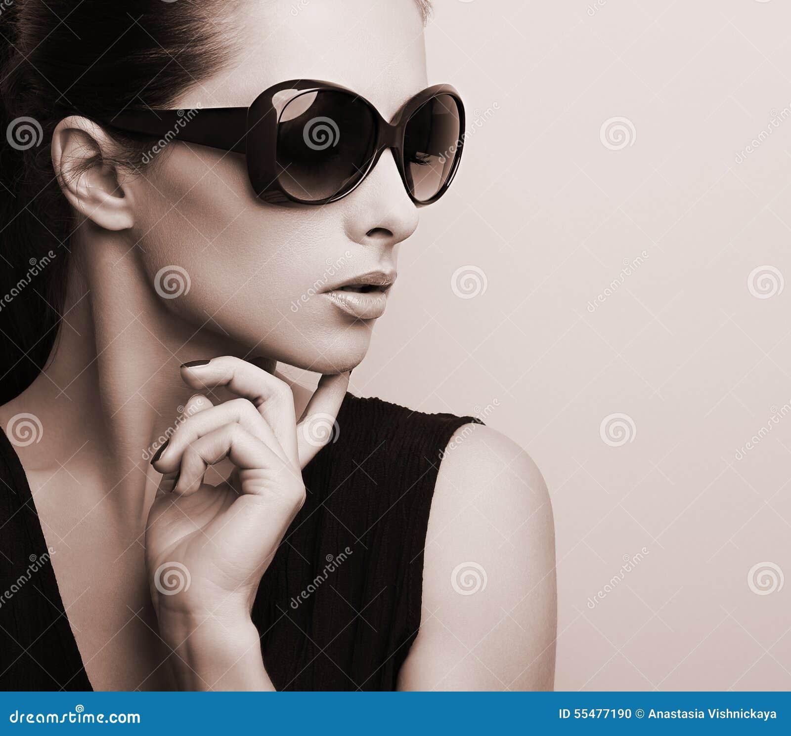 Perfil modelo femenino elegante de moda en la posición de los vidrios de sol de la moda