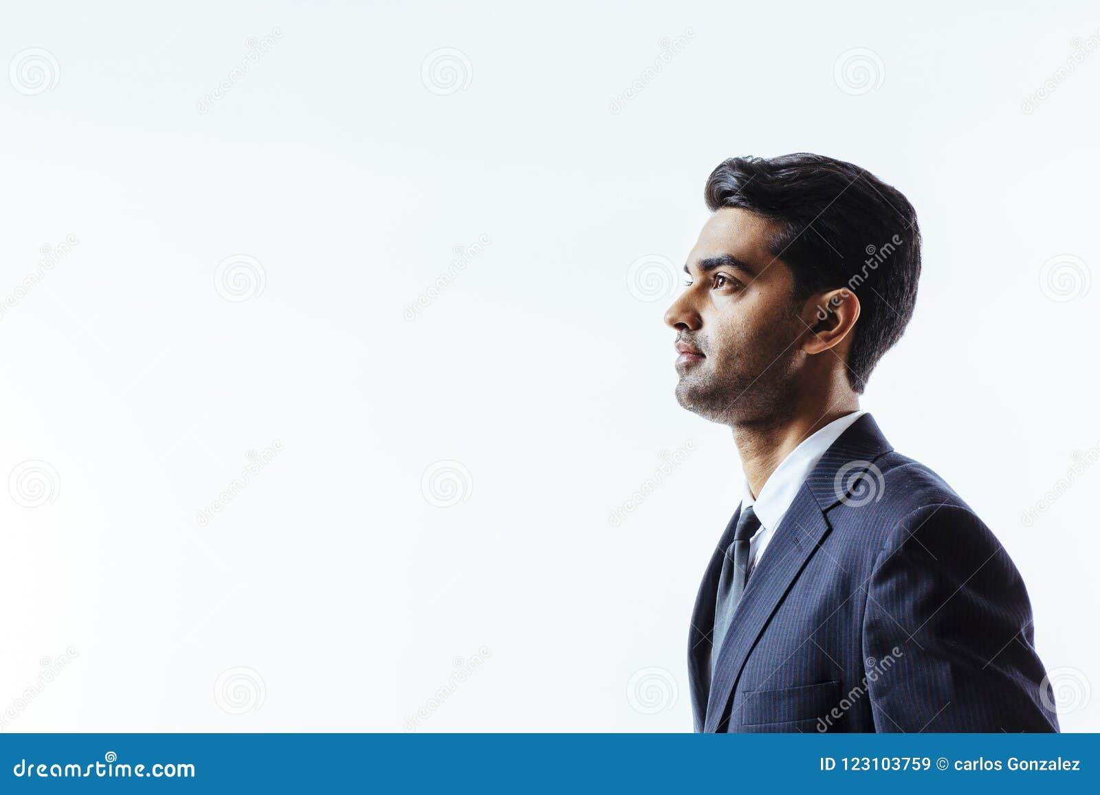 Perfile el retrato de un hombre hermoso en traje