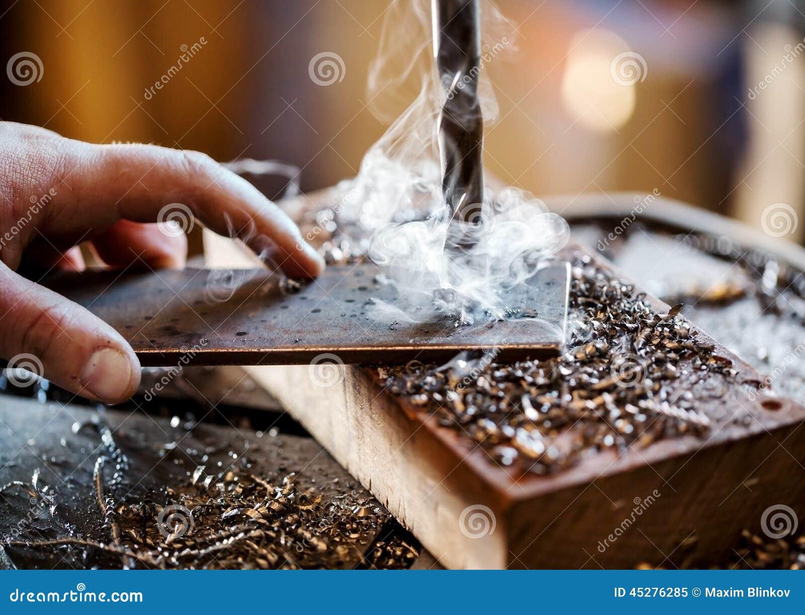 Perforadora eléctrica en el proceso de una parte metálica