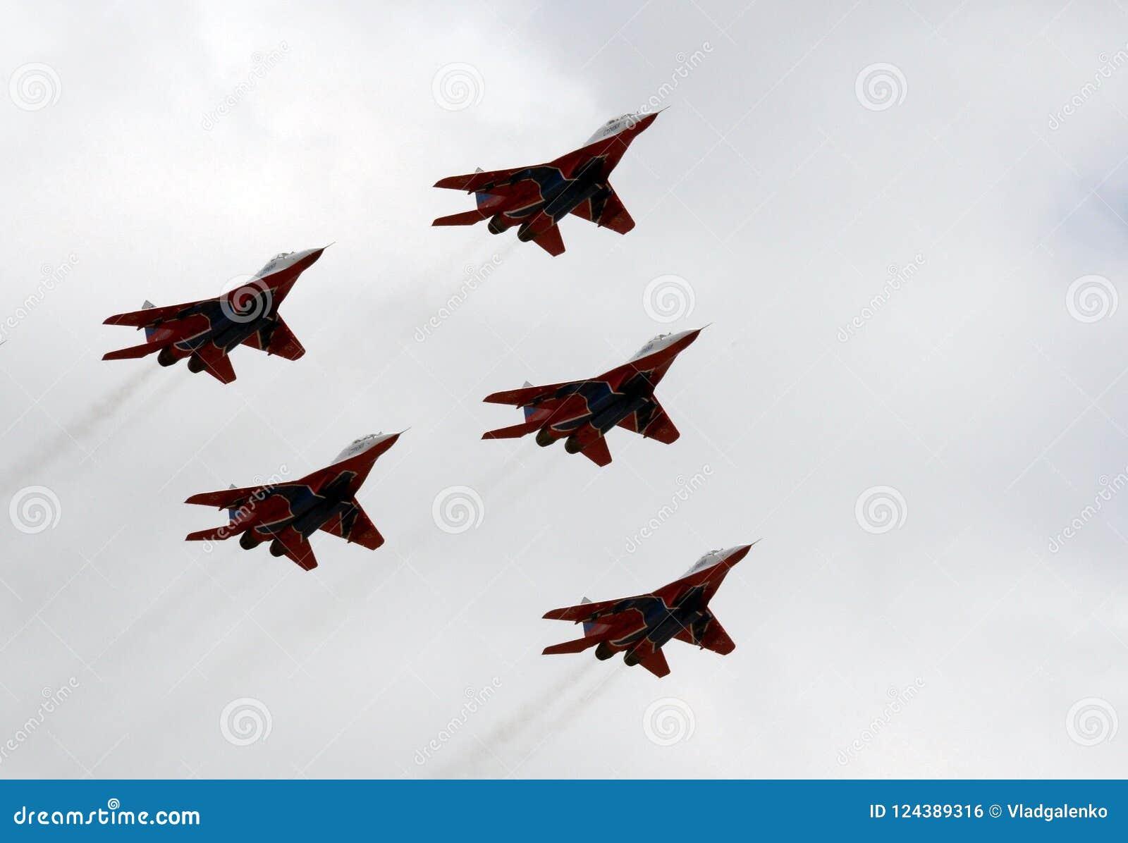 Performance de l équipe acrobatique aérienne de Swifts sur les combattants MiG-29 fortement manoeuvrables universels au-dessus de