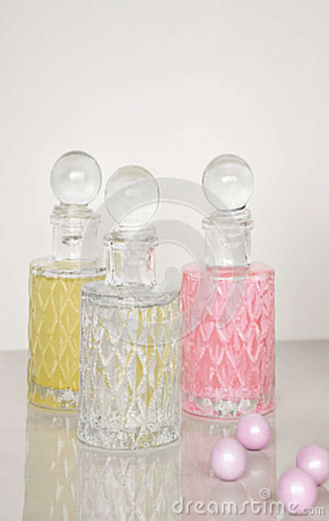 Perfume e fundo aromático do branco das garrafas de óleos