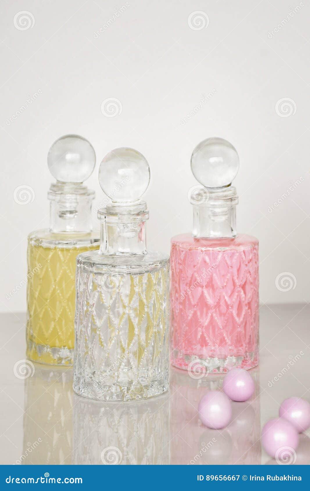 Perfume y fondo aromático del blanco de las botellas de aceites