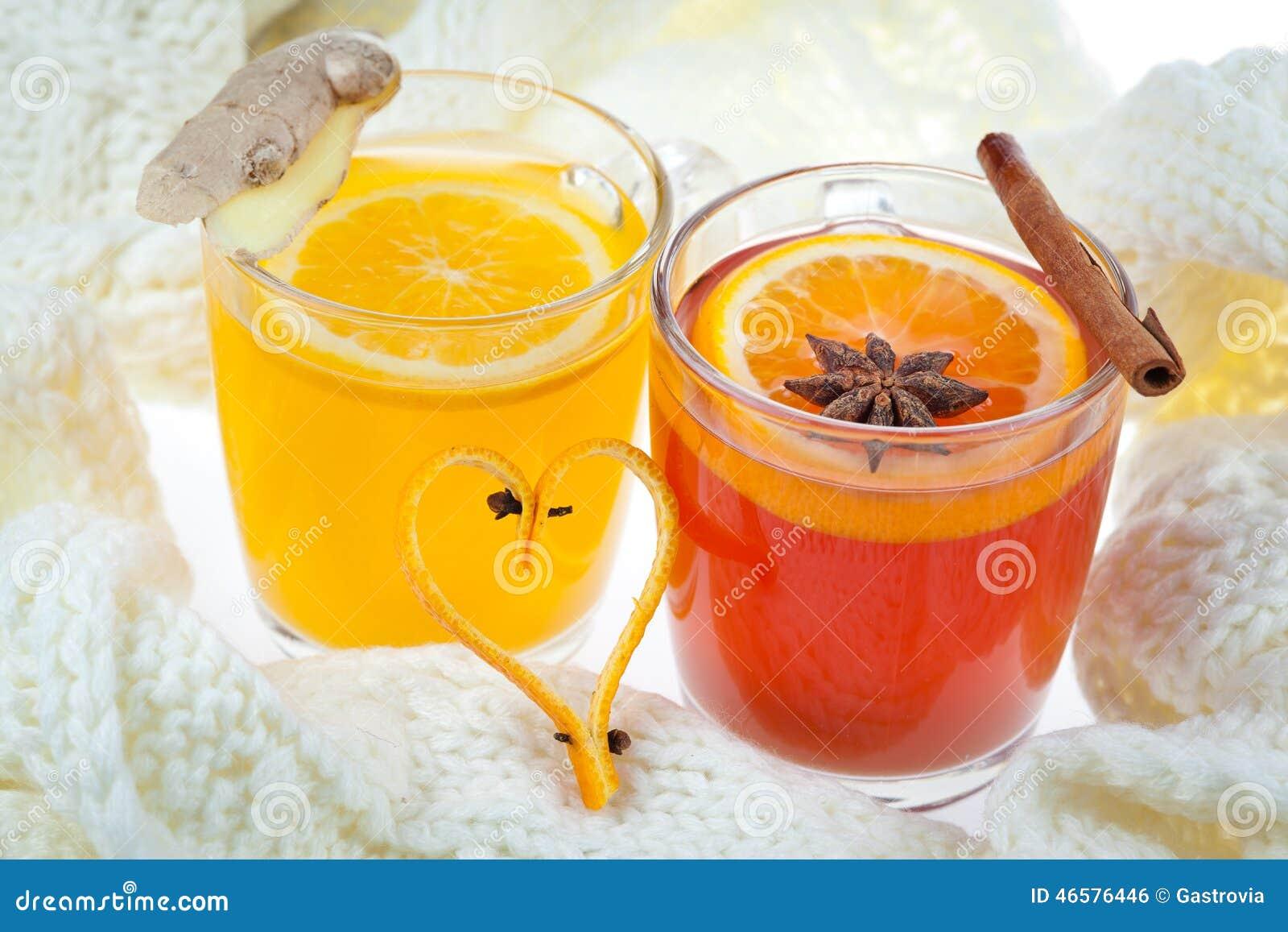 Perfurador quente e bebida alaranjada
