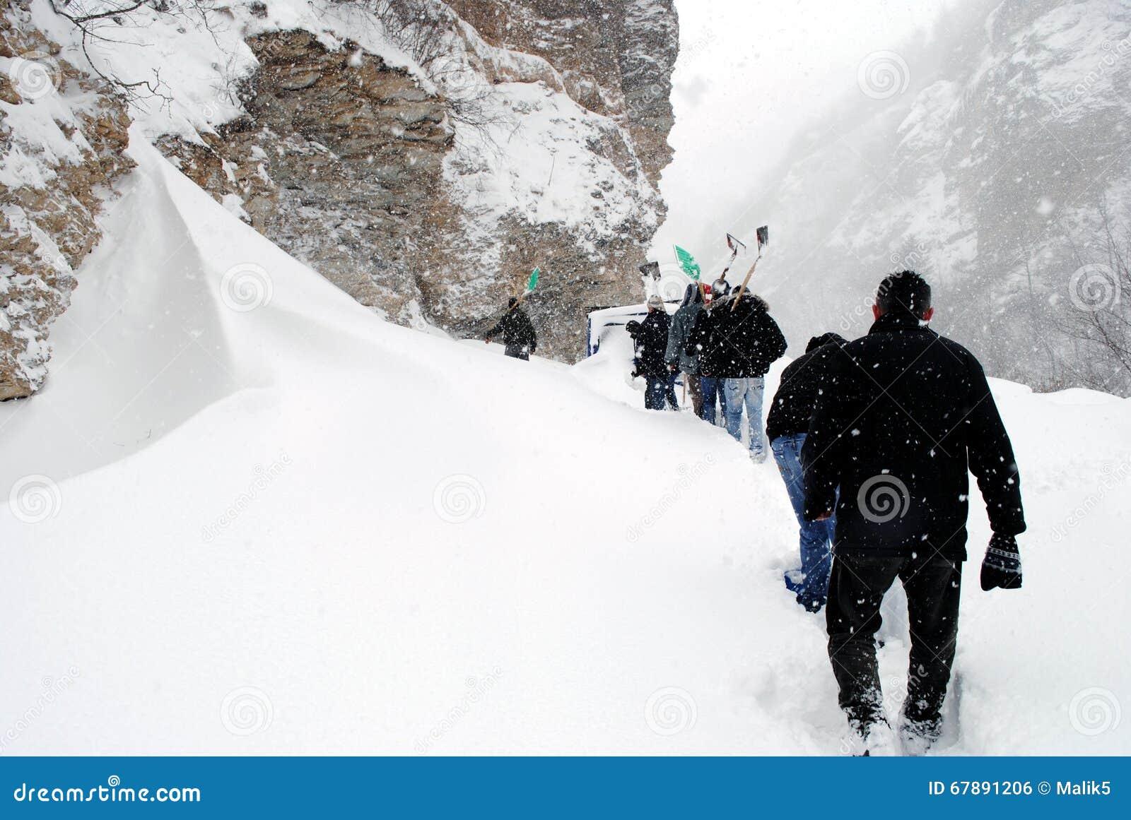 Perfurar através da neve alta carrega, Restelica Kosovo