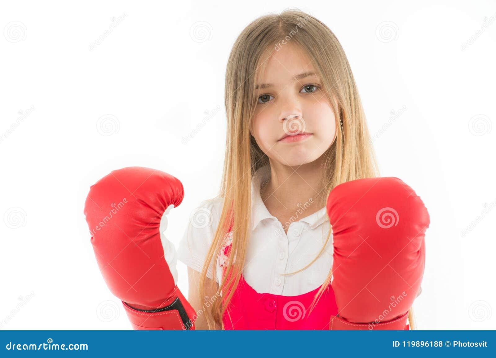 Perfurar Desenvolvimento e saúde da infância Sucesso Pugilista adorável isolado no branco Instrutor da aptidão Menina no vermelho
