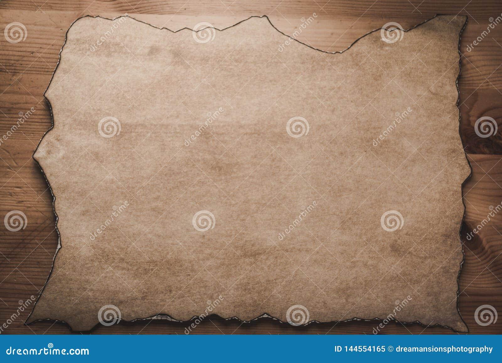 Pergament zoals document met gebrande randen op houten plaatwijnoogst