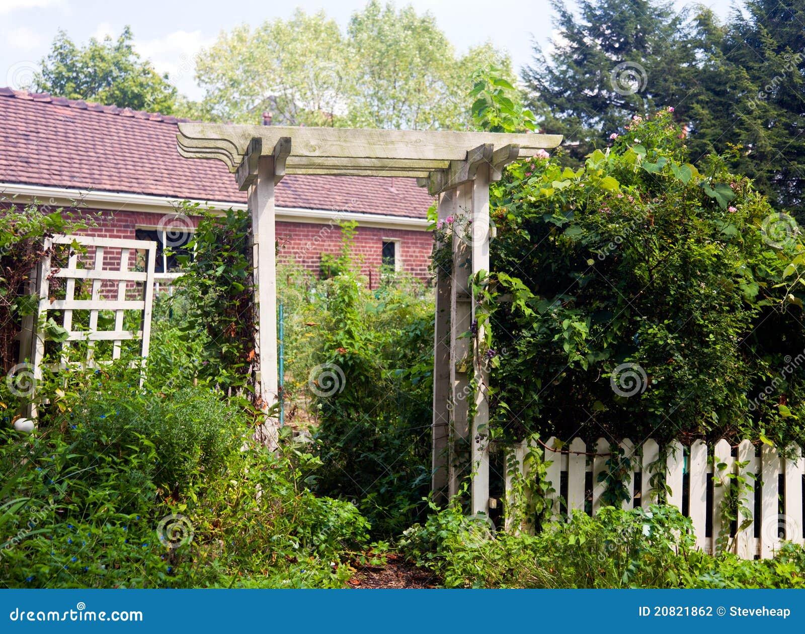 Pergola als ingang aan tuin stock fotografie afbeelding 20821862 - Pergola verkoop ...