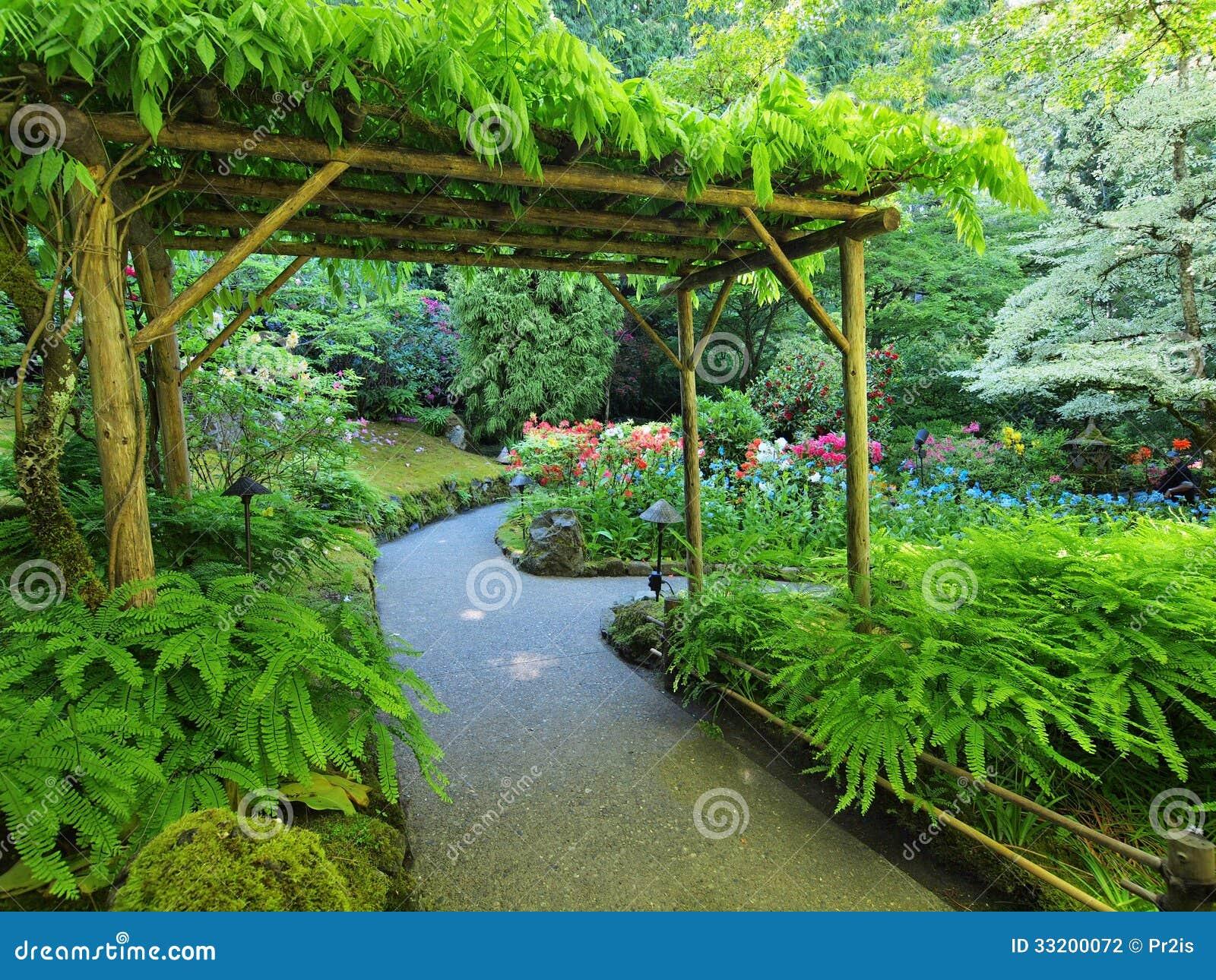 pergola au dessus du passage couvert de jardin photo stock image du verdure rouge 33200072. Black Bedroom Furniture Sets. Home Design Ideas
