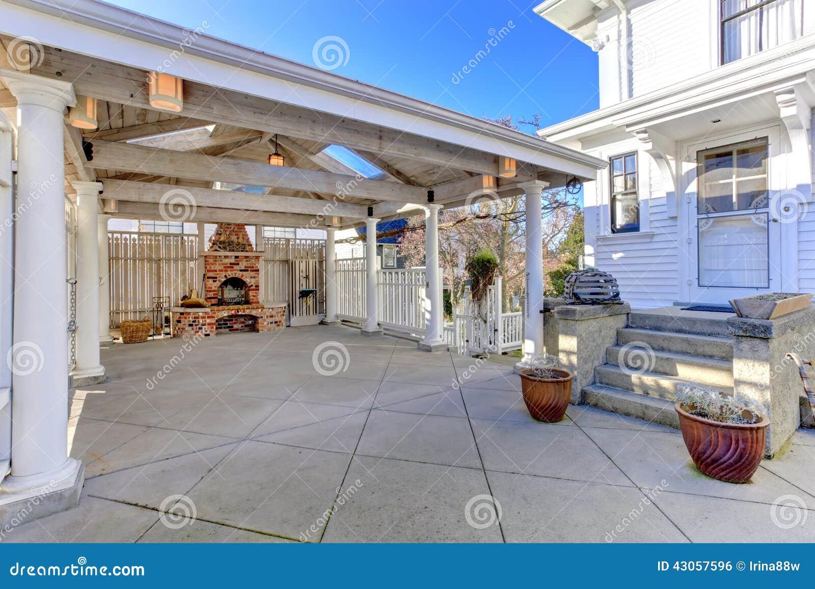 Pergola met baksteenopen haard op binnenplaats stock foto afbeelding 43057596 - Pergola verkoop ...