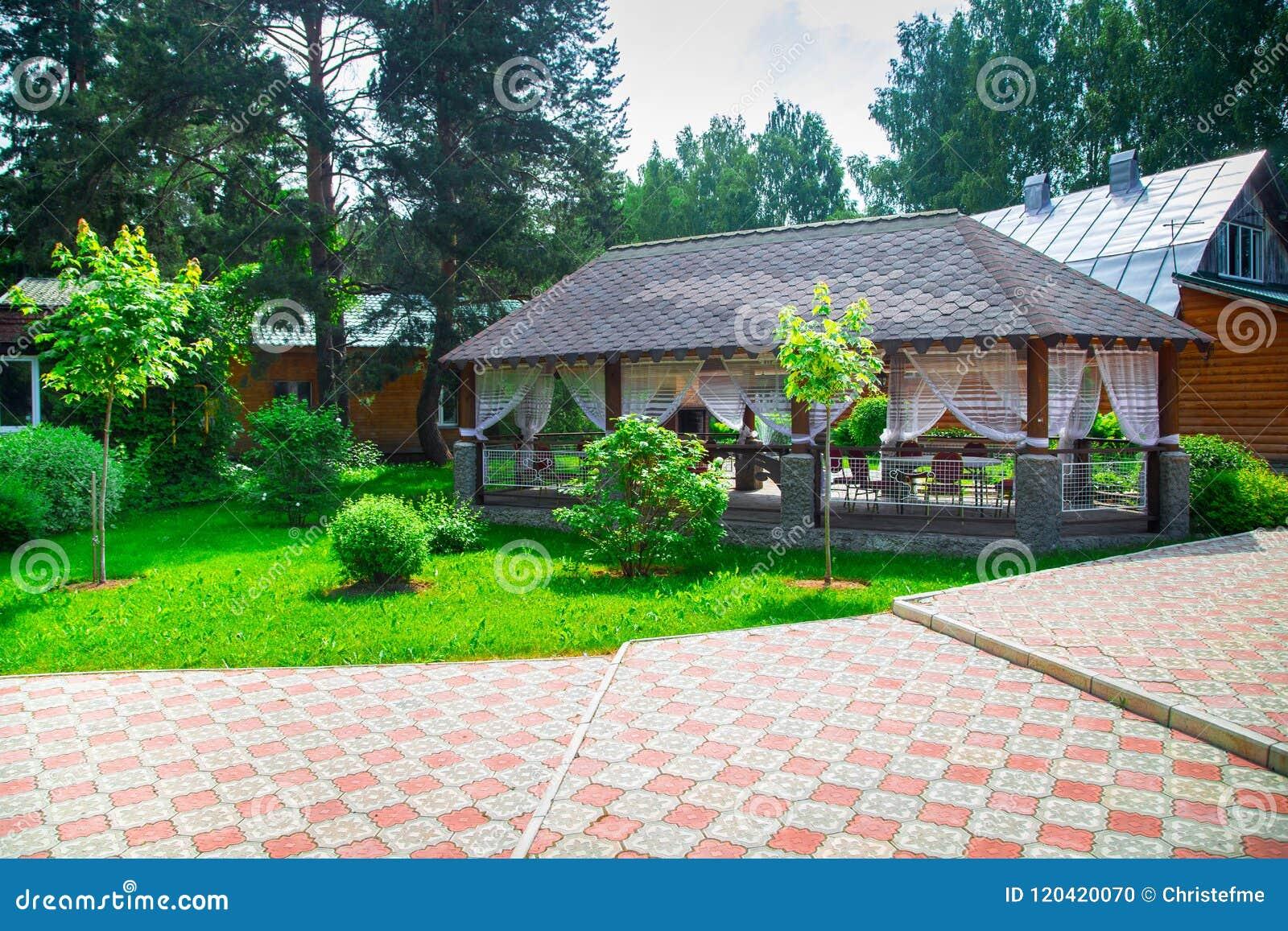 Pergola met terras stock foto afbeelding bestaande uit dekking