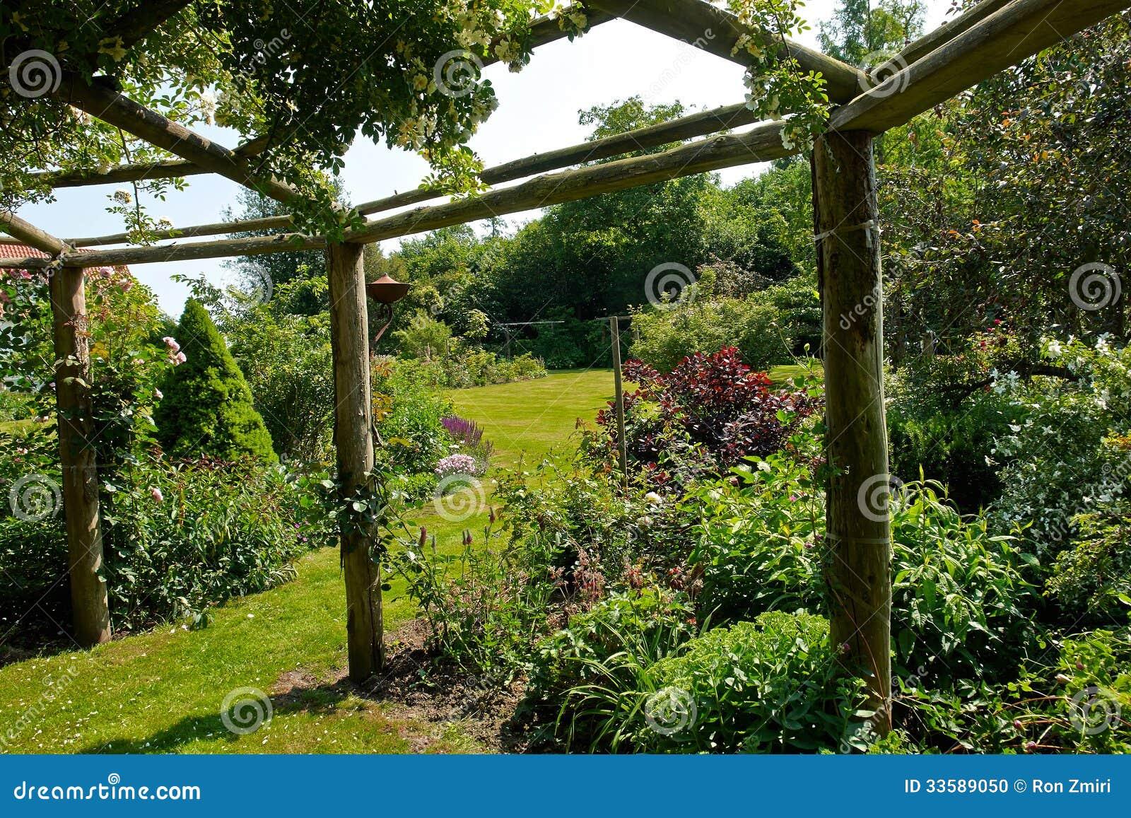 Pergolagazebo i en härlig trädgård