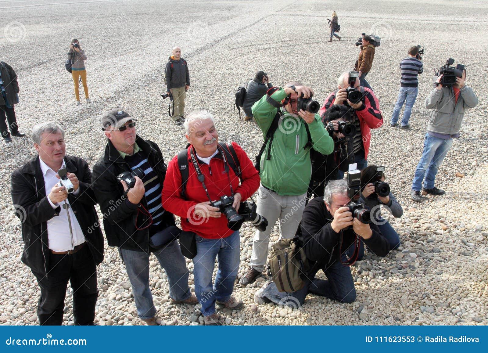 Periodistas fotográficos en la acción mientras que espera un final de la estrella de Hollywood una película en Sofía, Bulgaria -